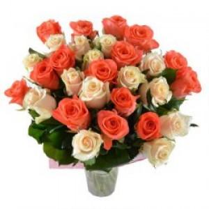 35 бело-оранжевых роз